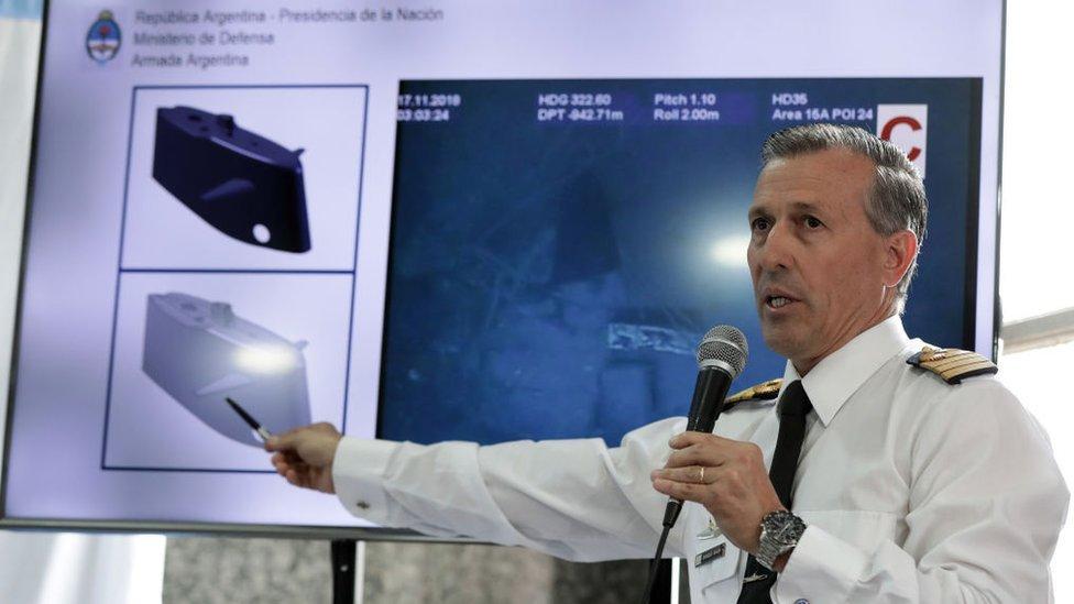 El capitán de la Armada, Enrique Balbi, muestra las primeras imágenes de los restos del submarino.