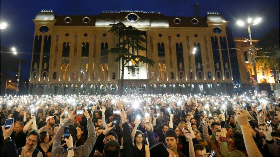Manifestación contra la política antidrogas de las autoridades georgianas tras redadas policiales en varios locales nocturnos cerca del edificio del parlamento en Tbilisi, Georgia.