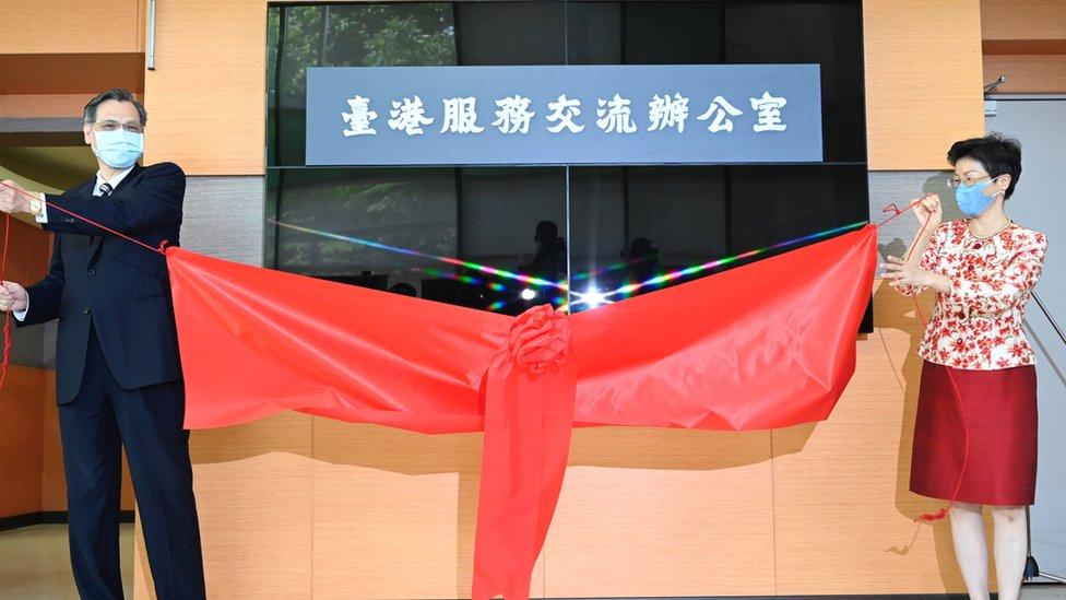 台灣陸委會主任委員陳明通(左)與台港經濟文化合作策進會董事長張小月(右)為台港服務交流辦公室揭幕(1/7/2020)