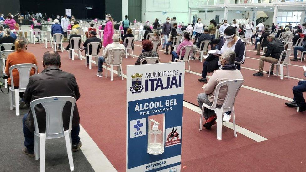 Moradores de Itajaí fazem fila para receber ivermectina