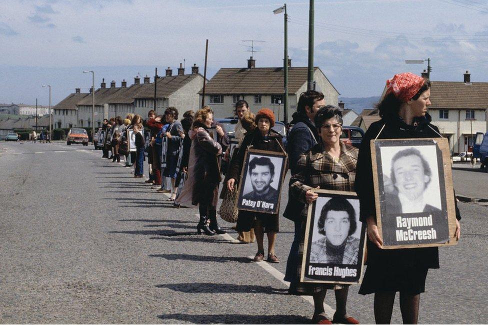 Manifestantes en Belfast celebran una vigilia silenciosa por los huelguistas de hambre de 1981