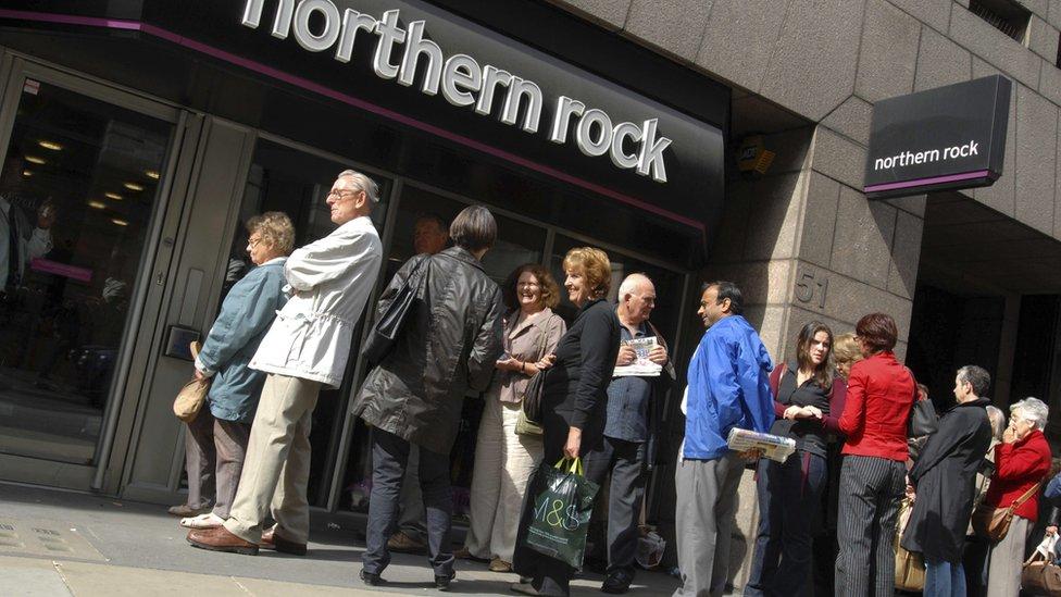 La clientela hace cola frente a una sucursal de Northern Rock en el momento más crítico de la crisis bancaria, en 2008.