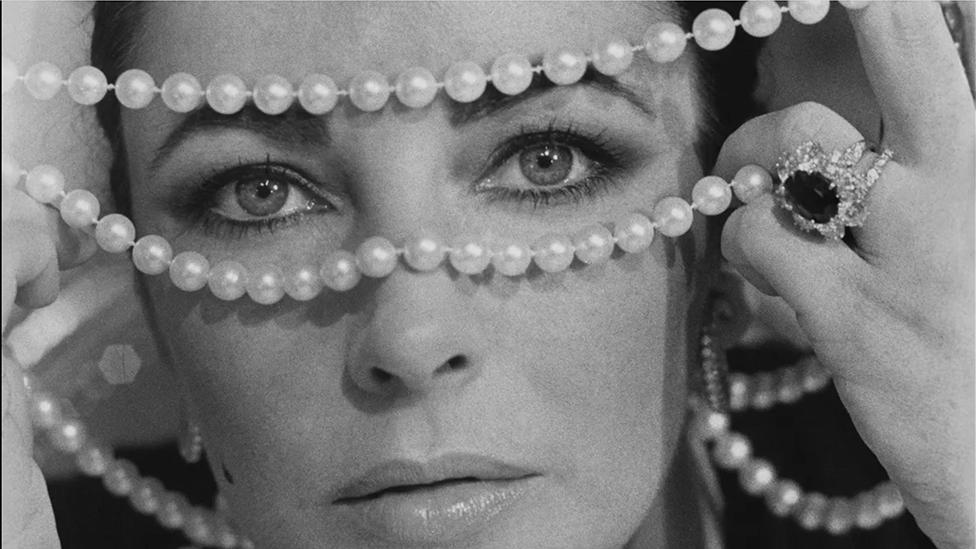 Elizabeth Taylor luciendo perlas