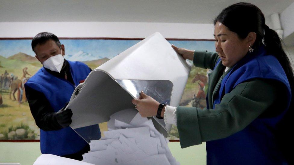 Conteo de votos en Kirguistán