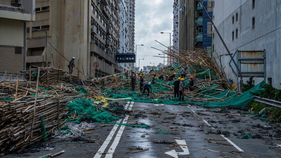 颱風山竹吹襲香港之後救災人員清理一處被竹棚堵塞的馬路(17/9/2018)