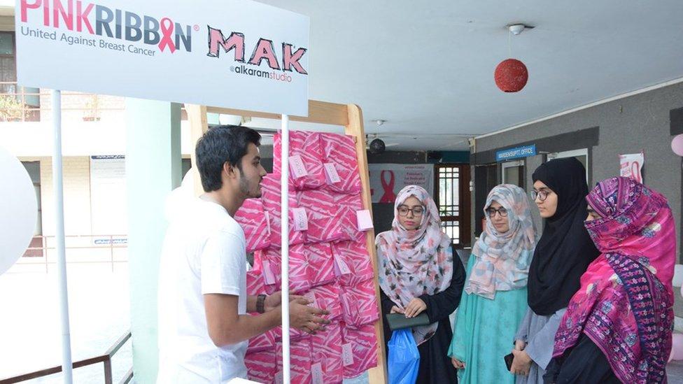 Campaña de Pink Ribbon en la Universidad de Punjab