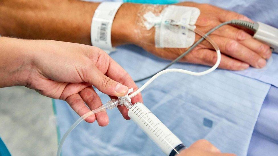 El propofol es un líquido blanco que, en diferentes dosis, puede actuar como sedante o anestésico.