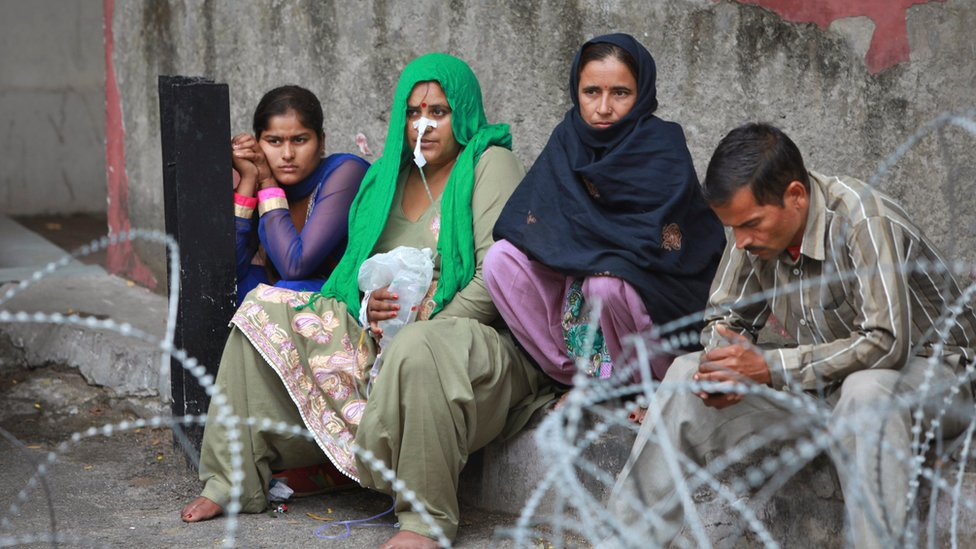 Patients shift outdoors at the government medical college hospital after a strong tremor was felt in Jammu, India (26 Oct. 2015)