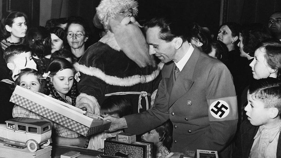 Goeebles con sus hijos en Navidad