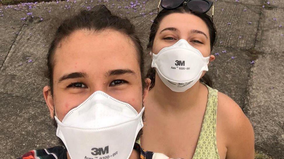 Beatriz e Ralph usando máscaras N95 brancas