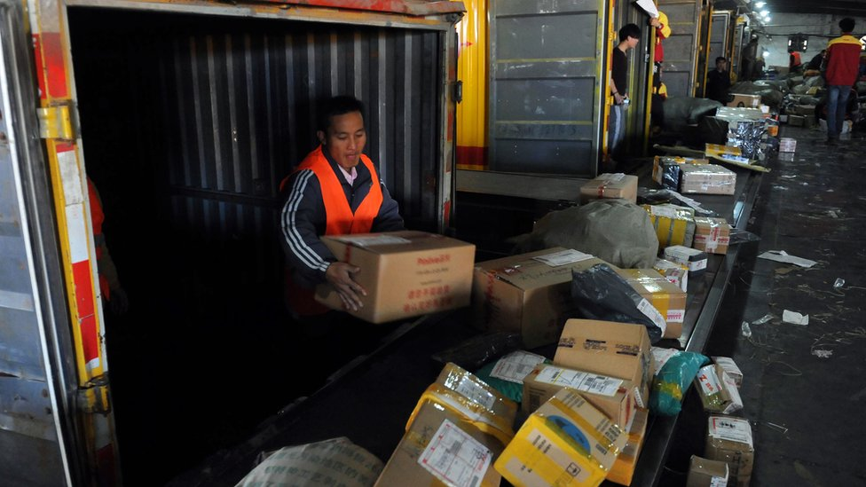 Trabajadores clasificando paquetes en una empresa de entrega urgente en Beijing