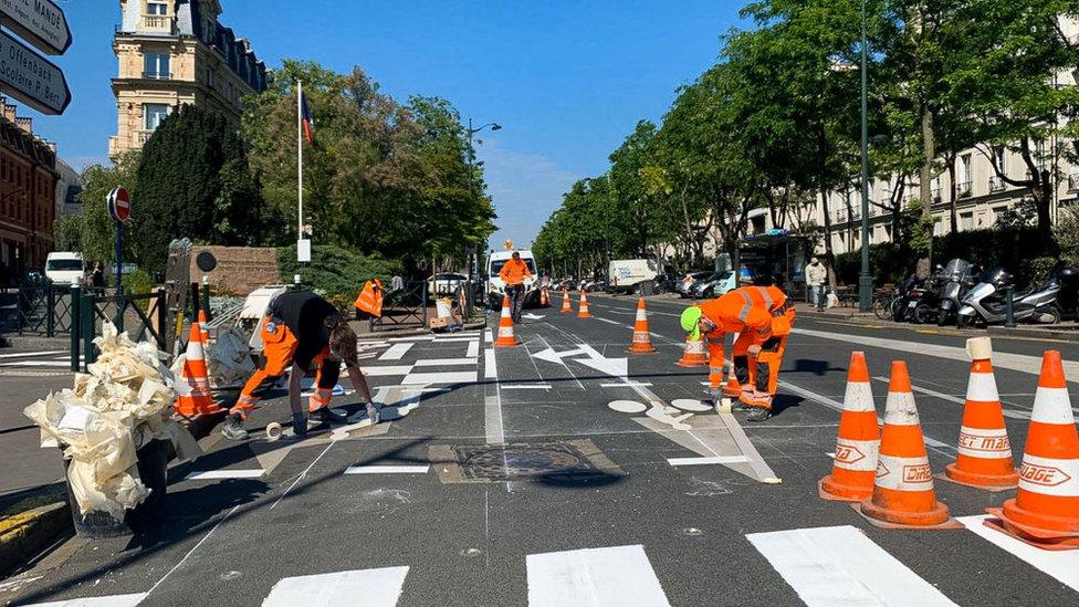 Trabajadores pintan nuevas ciclovías