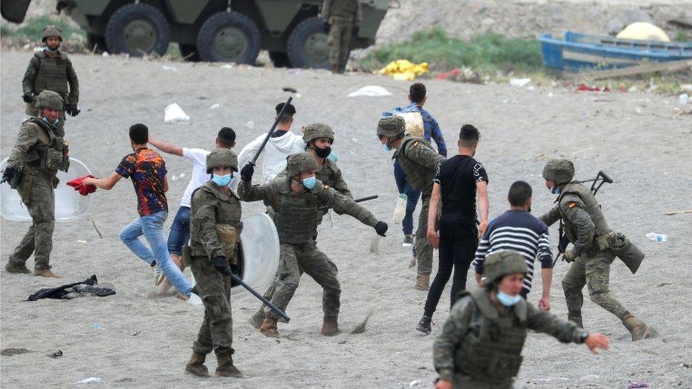 Beberapa tentara Spanyol terlihat memukuli pemuda Maroko di Pantai Tragal, dekat perbatasan antara Spanyol dan Maroko.
