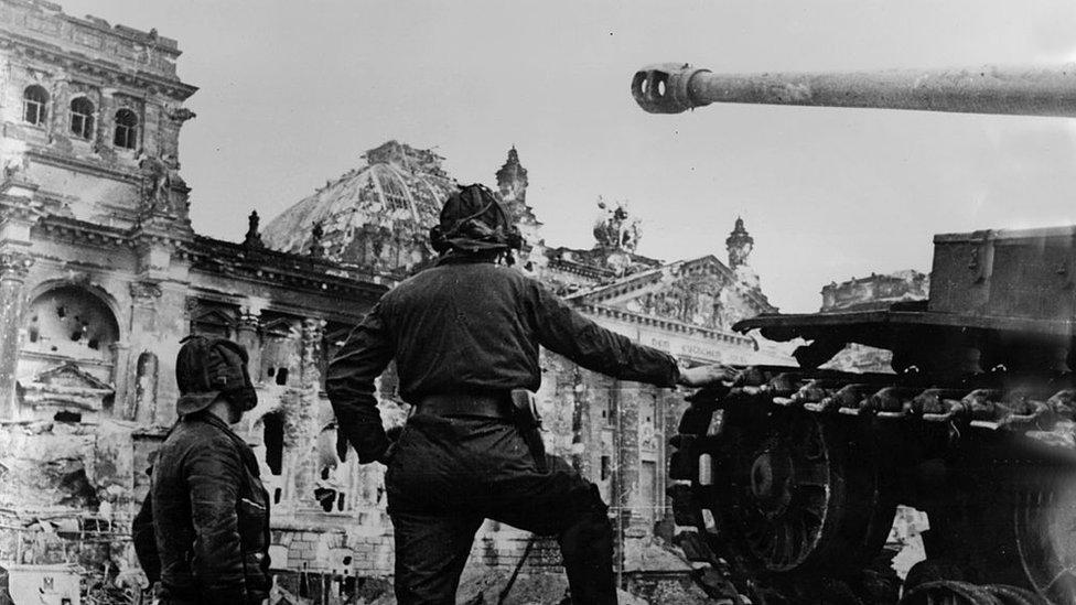 Berlin sokaklarındaki Sovyet askerleri, 1945.