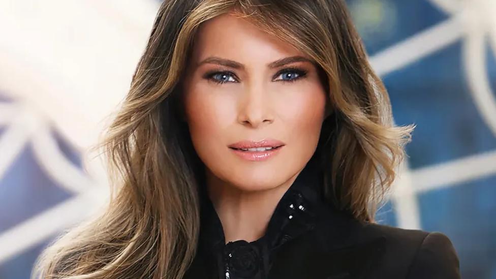 La fotografía oficial de Melania Trump muestra una mirada dura