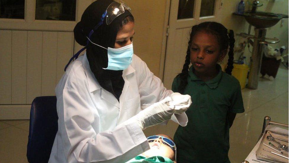 Un niño se apresta a recibir tratamiento para la caries.