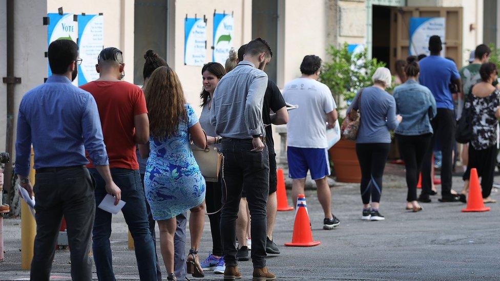طابور من الناخبين خارج مركز اقتراع