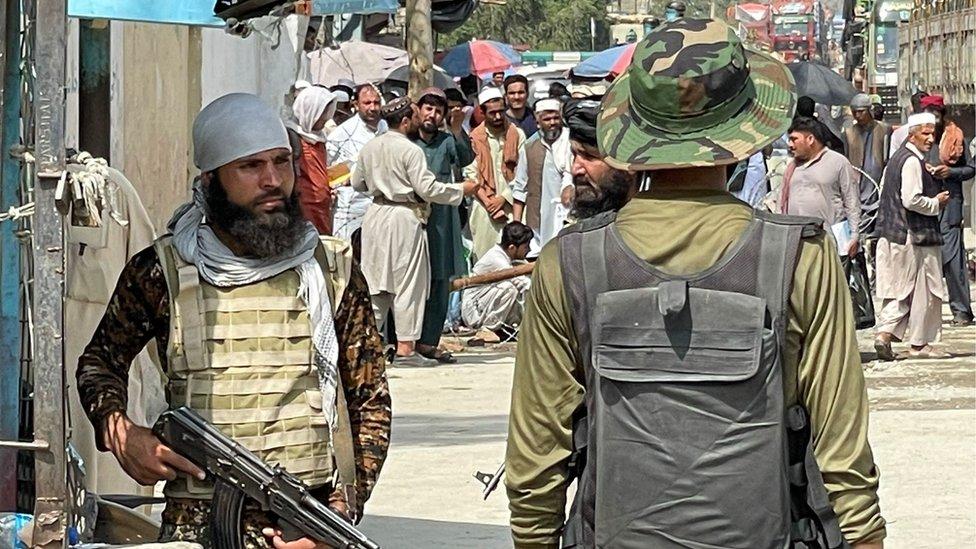 طالبان وحرس الحدود الباكستانيون عند حدود تورخام