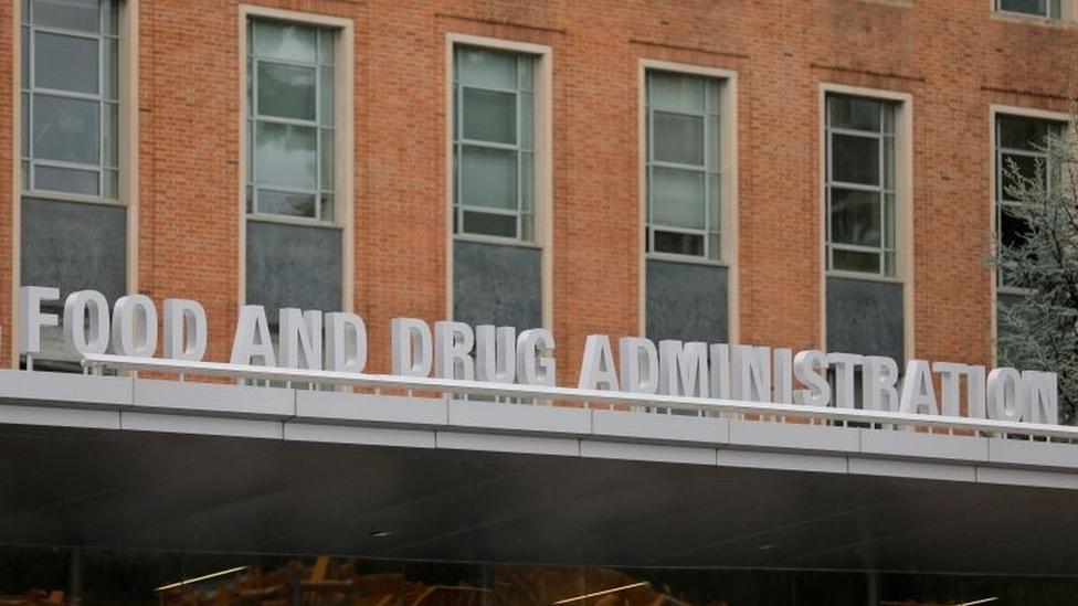 Fachada de prédio diz: Food and Drug Administration