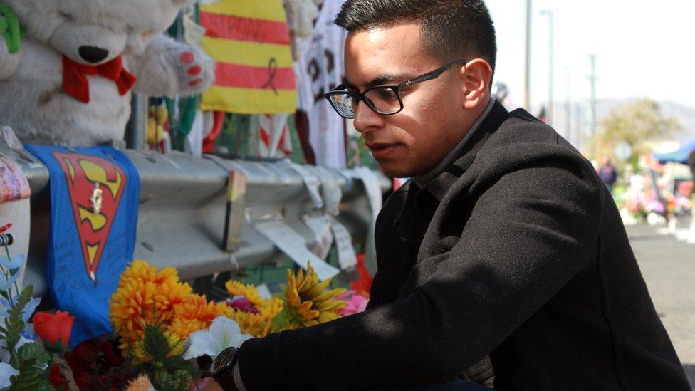 Omar Sepeda deja flores como tributo a las víctimas del tiroteo de El Paso