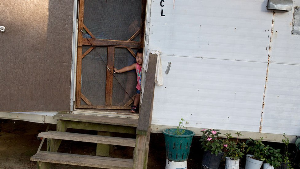 Un niño en una casa pobre en Estados Unidos.
