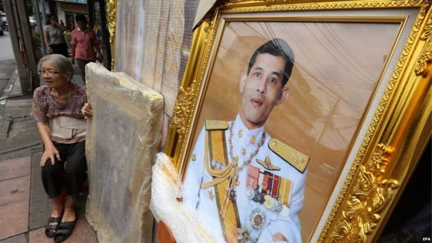 Vajiralongkorn menjaid raja setelah ayahnya meninggal dunia.