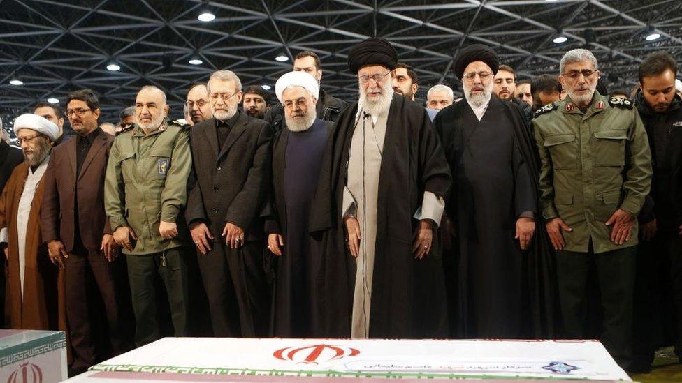 Alí Jamenei (tercero desde la derecha); Hasán Rohaní (cuarto); el nuevo líder de la Fuerza Quds, Esmail Qaani (primero a la derecha); el comandante de la Guardia Revolucionaria, Hossein Salami (tercero desde la izquierda); y el portavoz del parlamento, Alí Lariyani (cuarto desde la izquierda), en el funeral de Qasem Soleimani.