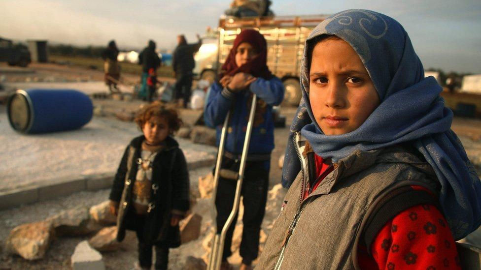 صورة تظهر أطفال سوريين نازحين في مخيم في محافظة إدلب في 16 فبراير/شباط 2020
