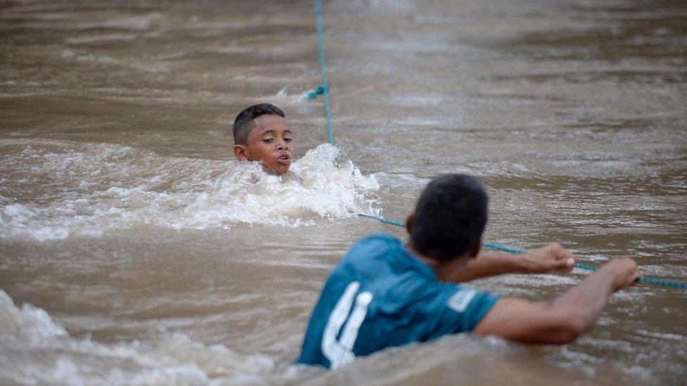 David cruzando el río