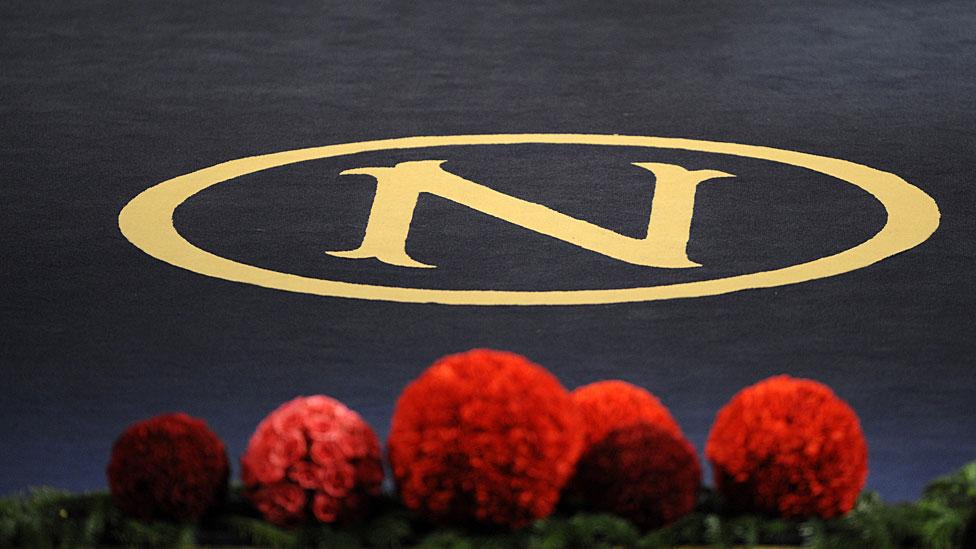 Logo del premio Nobel en tapete.