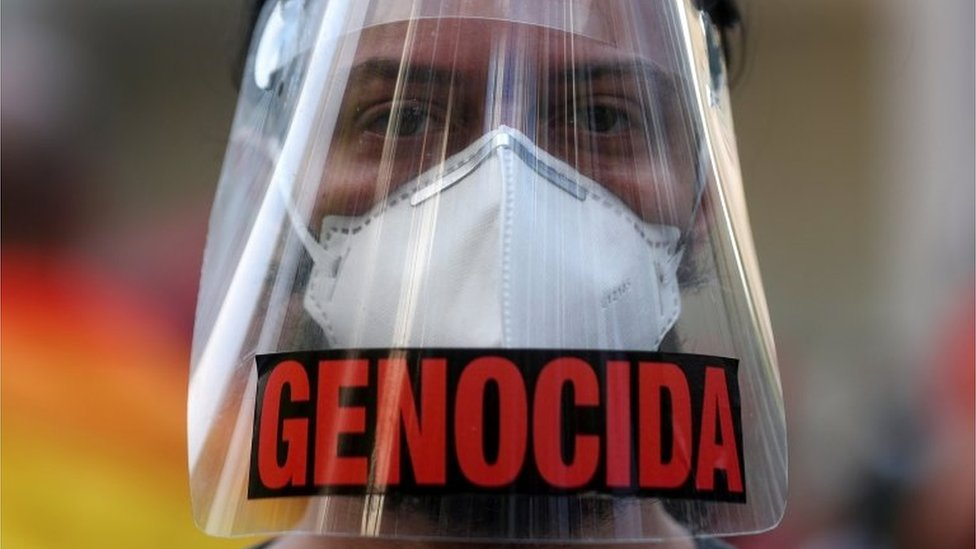 Manifestante com máscara contra Bolsonaro
