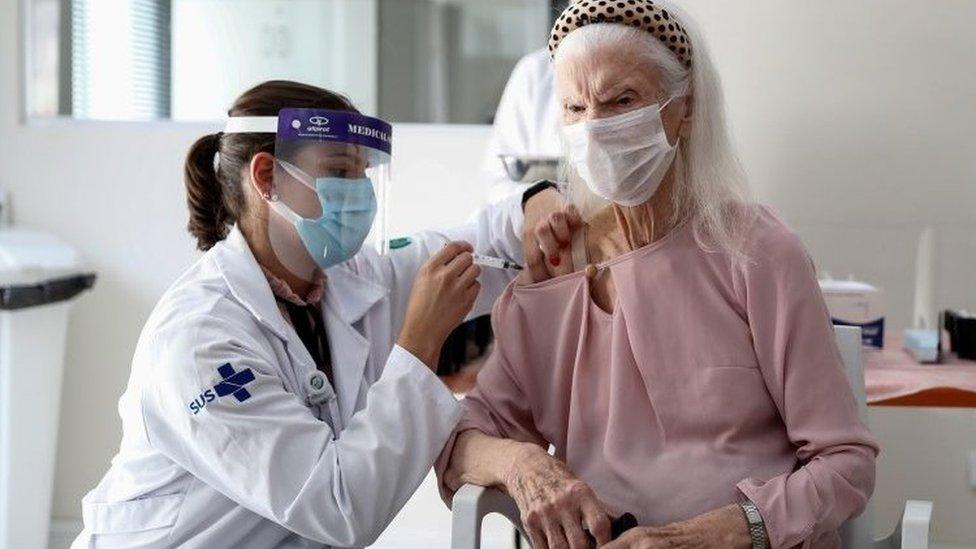 Uma mulher idosa recebe a vacina contra covid-19 em São Paulo em 21 de janeiro de 2021