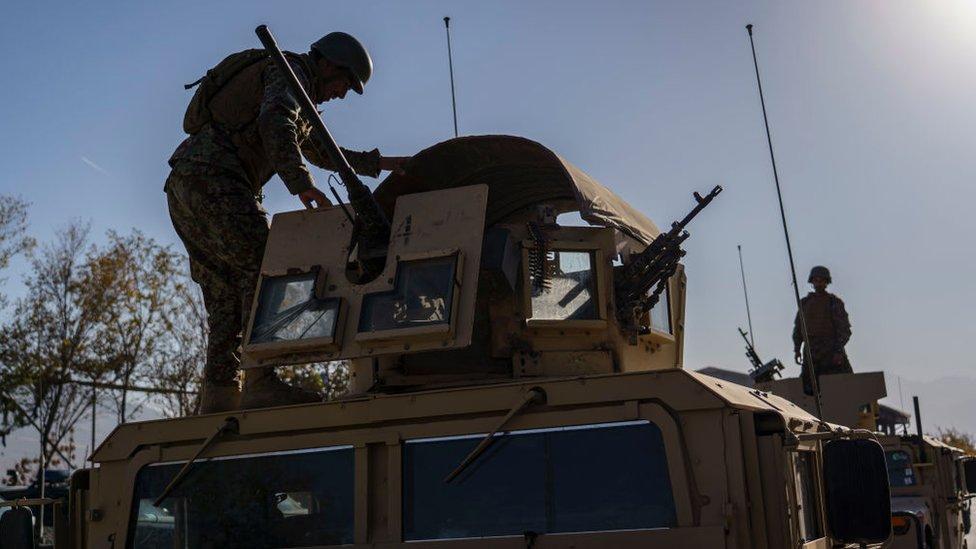 جندي أفغاني يجري تدريبا على حالة الطوارئ