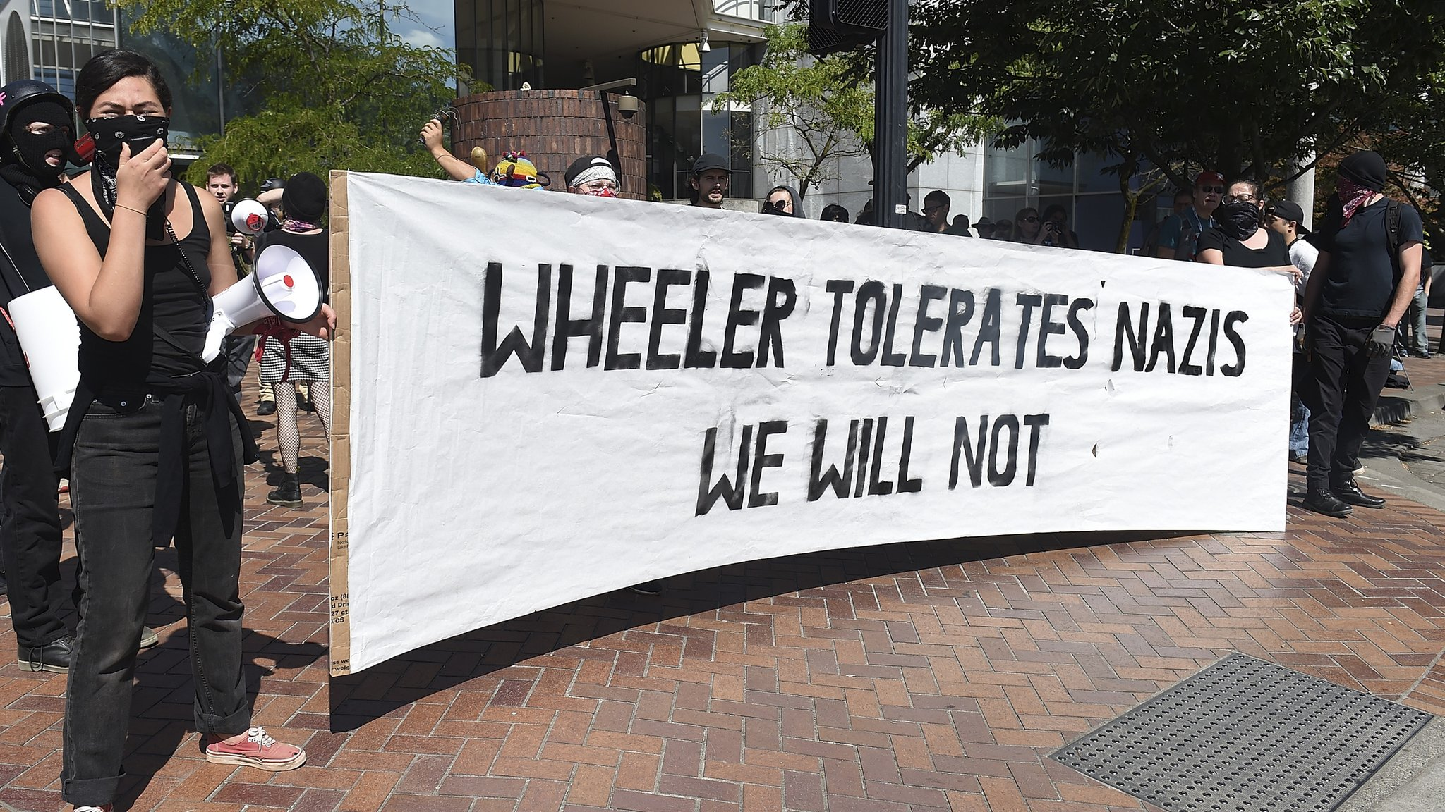 """La pancarta lee: """"Wheeler tolera a los nazis, nosotros no"""""""