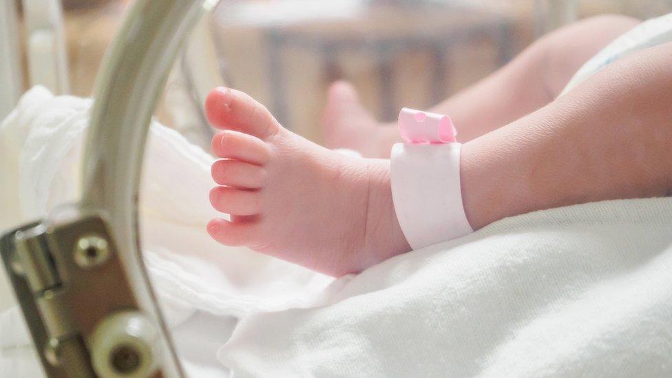 Pie de una recién nacida.