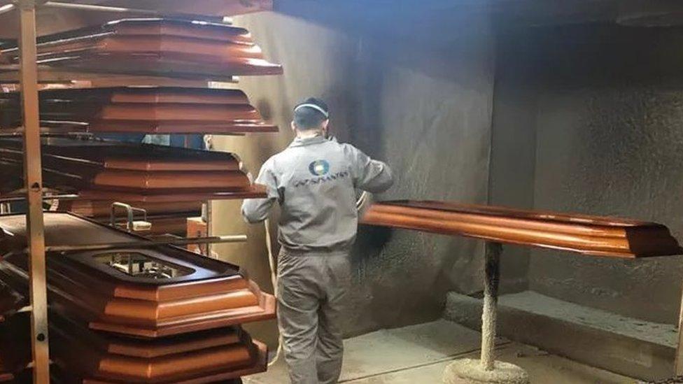 Homem fabrica caixão