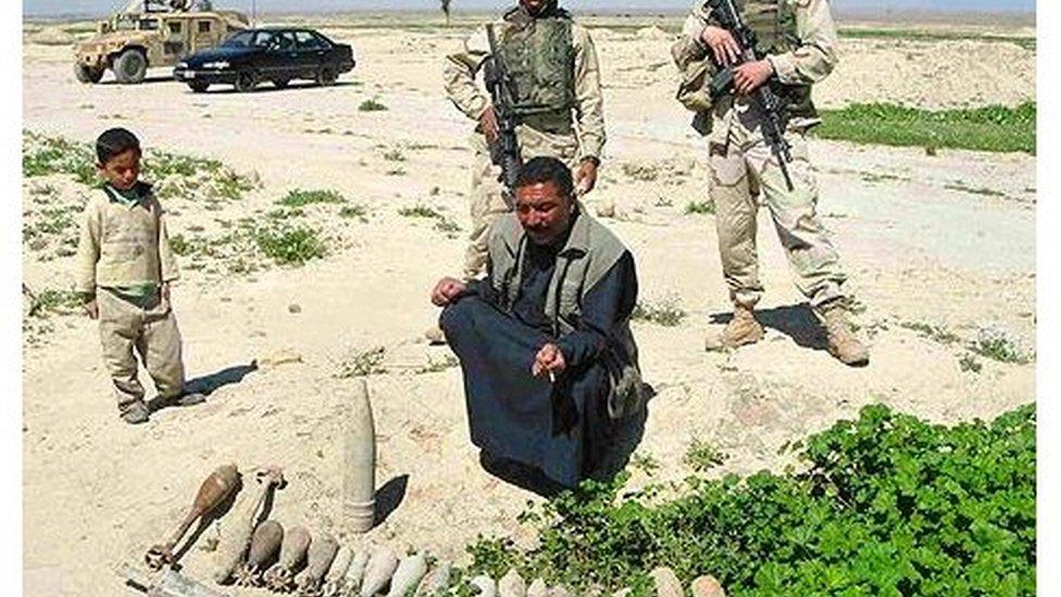 مزارع عراقي مع جنديين أمريكيين