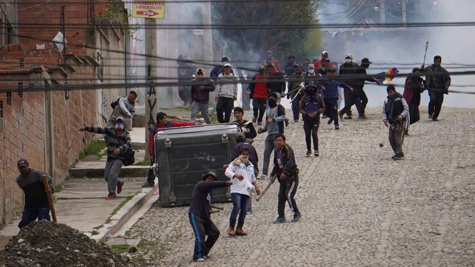 Con palos y piedras, los partidarios de Morales protestaron por su salida del poder.