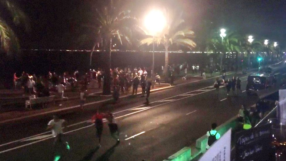 Tweet from account of harp_detectives, showing the scene during the attack in Nice on 14 July 2016