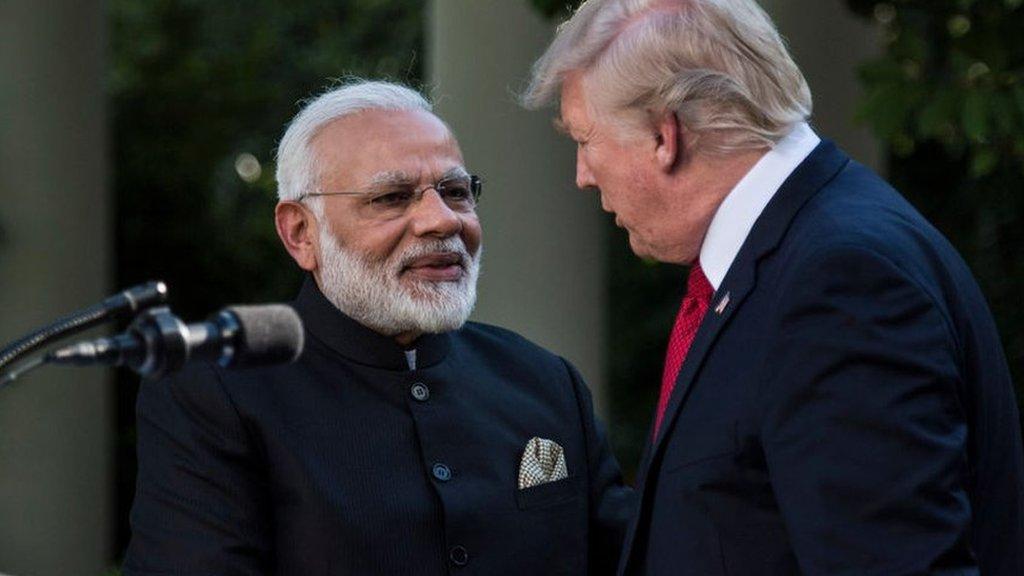 मोदी की तारीफ़ कर ट्रंप भारत को झटके क्यों देते हैं