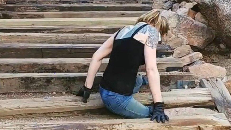 Mandy Horvath sube los escalones del inclinado de Manitou
