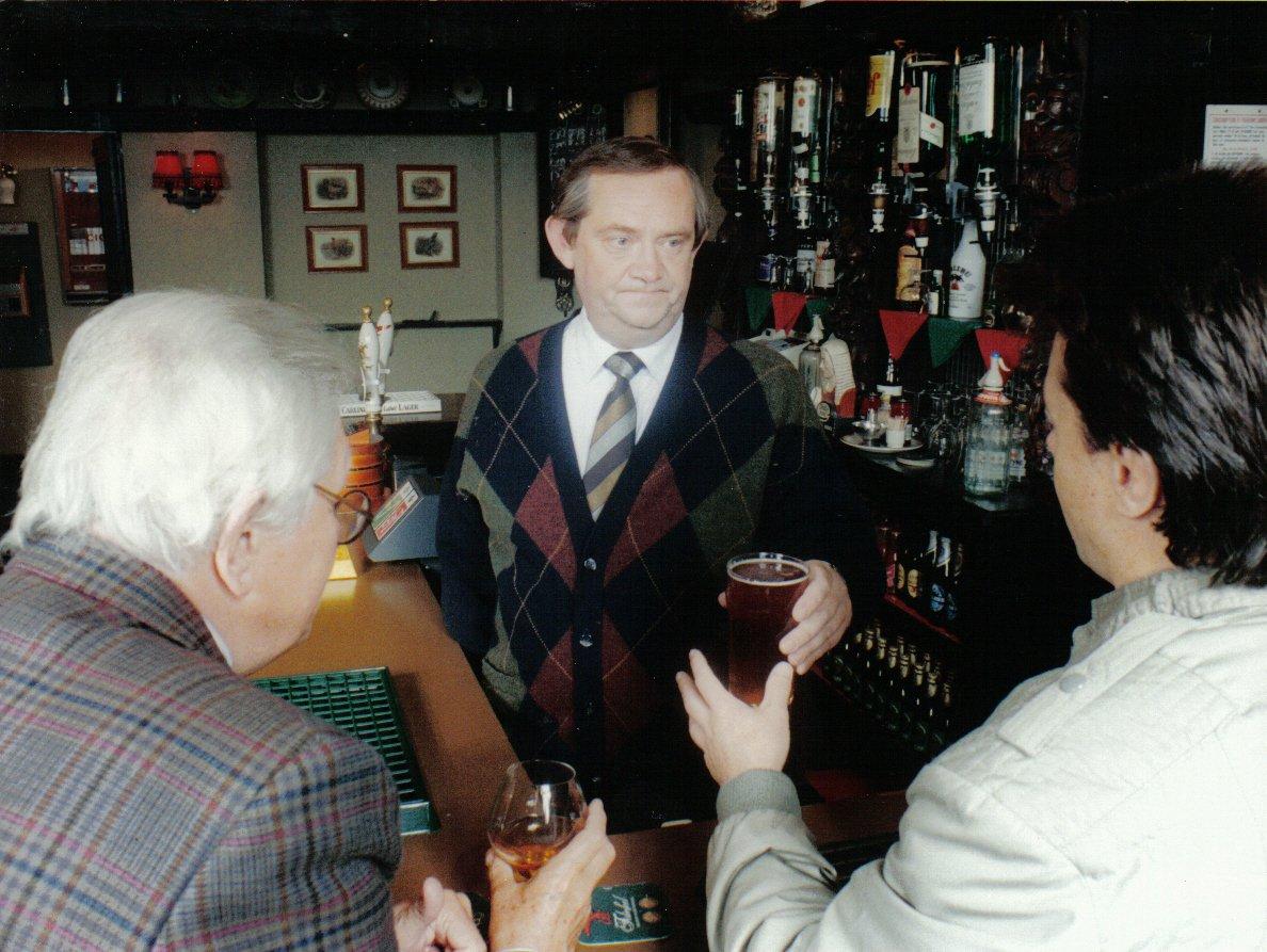 Clem Watkins oedd ceidwad y cwrw yn 1989