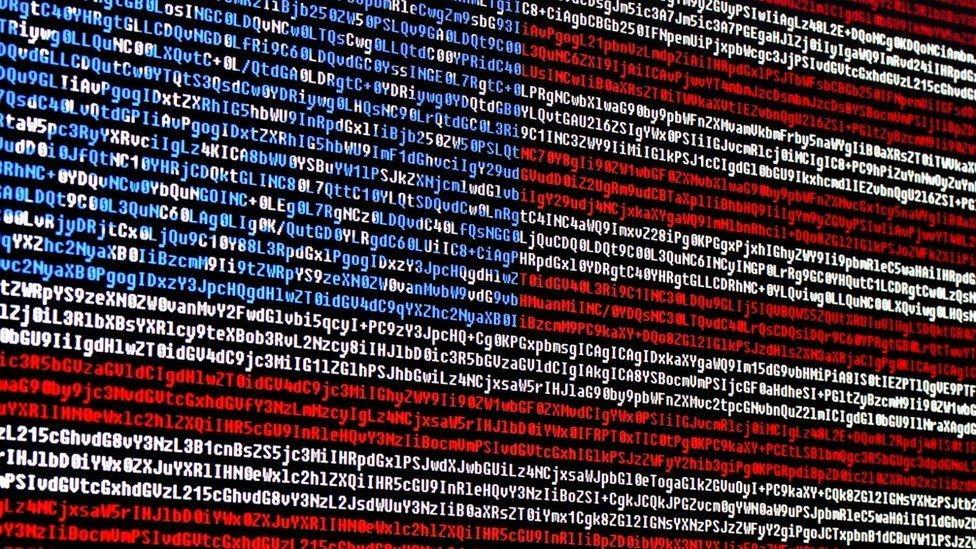 Bandera estadounidense formada con código cibernético.