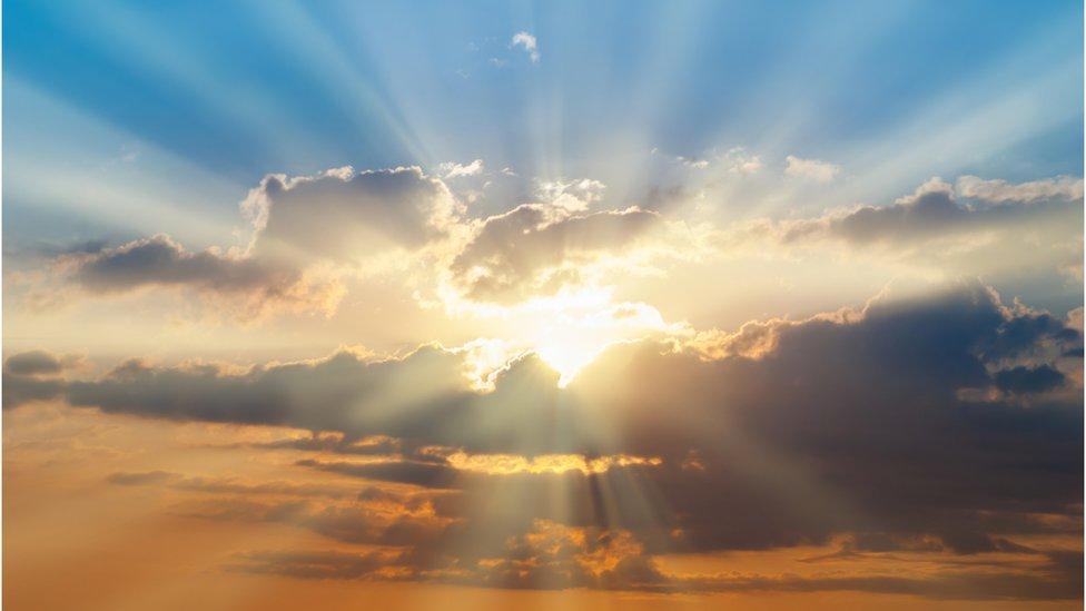 El Sol brilla entre las nubes.