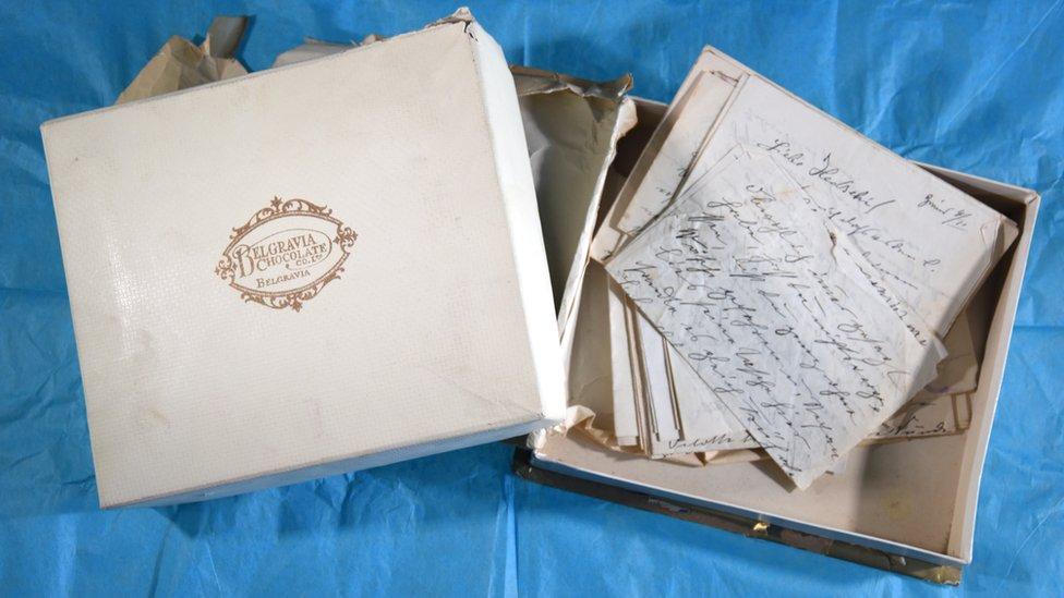 Caja de chocolates con la correspondencia adentro