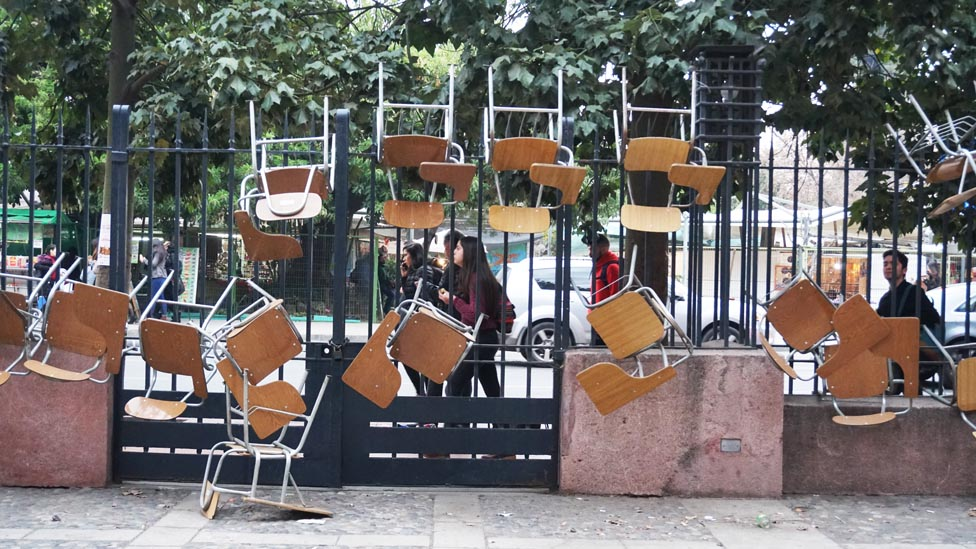 Las sillas colgadas de las rejas son un símbolo de las tomas en Chile. Acá, en Derecho, no fue la excepción.