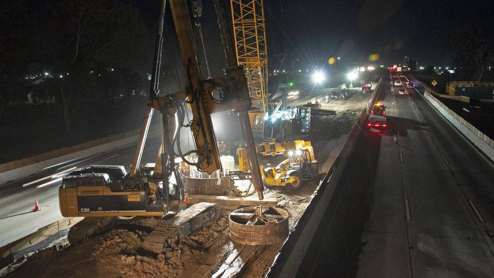 Construcción de noche.