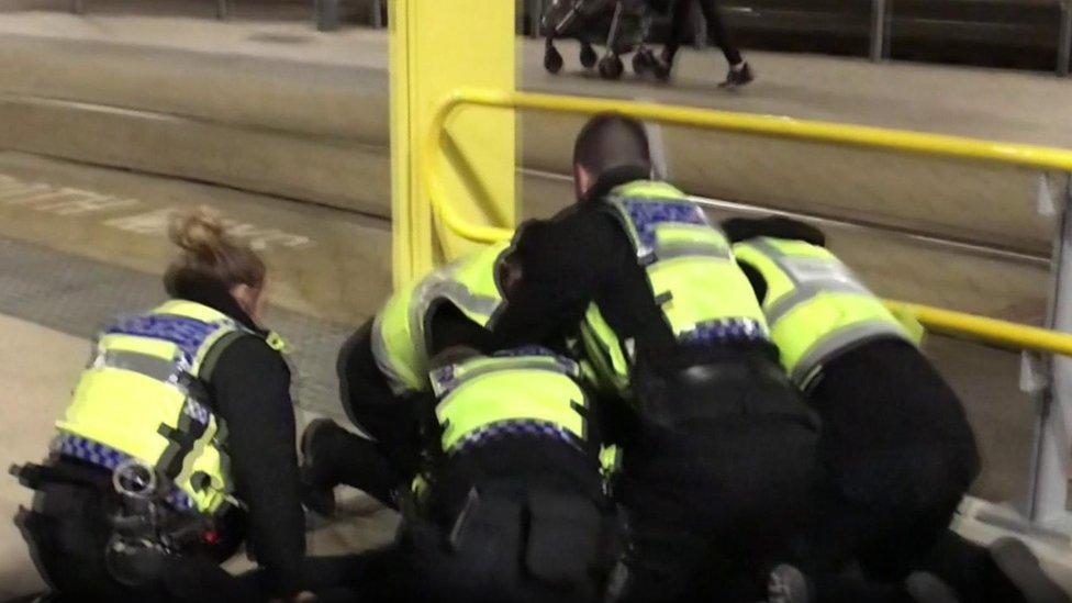 الشرطة أثنت على الضباط الأربعة الذين قبضوا على المشتبه به