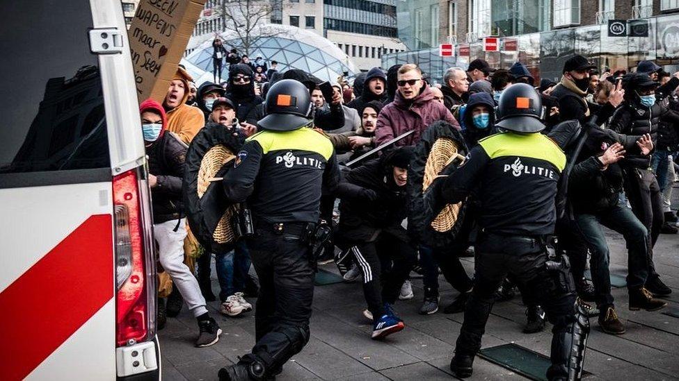 В Нидерландах полиция водометами разогнала протест против новых коронавирусных ограничений