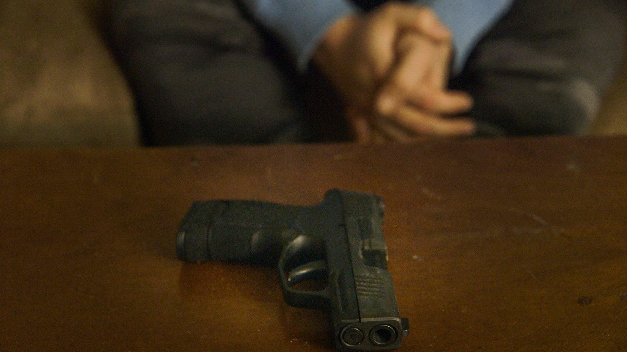 Un arma de fuego sobre una mesa